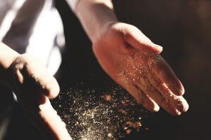 manos y harina contaminación cruzada con gluten
